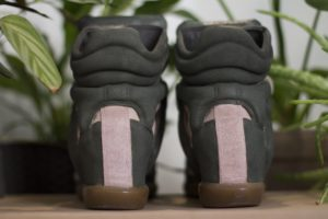 Buty isabel marant w kolorach zielono-pudrowej kolorystycje.
